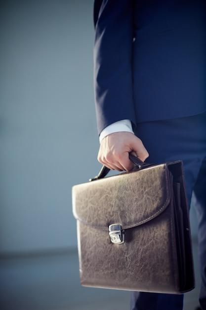 ブリーフケースを保持しているビジネスマンのクローズアップ 無料写真