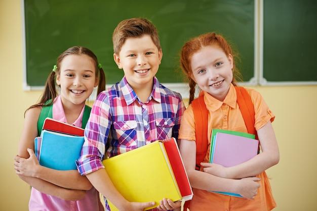学校で子供たち 無料写真