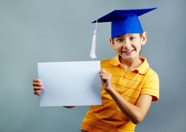 Студент показывает пустой документ Бесплатные Фотографии