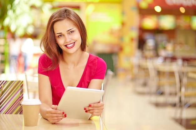 タブレットを保持する笑顔の女性 無料写真