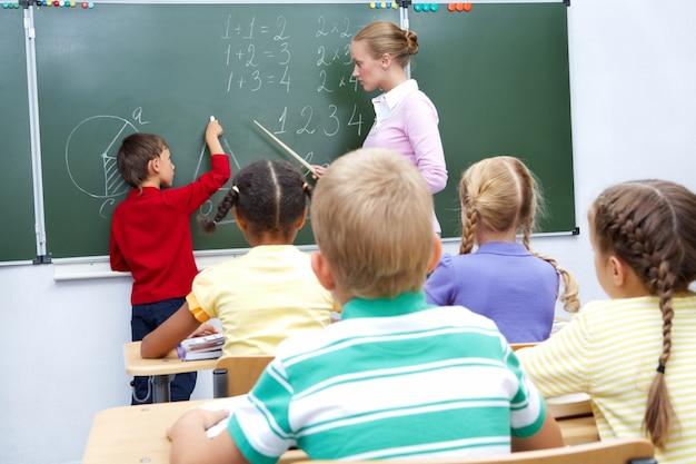 黒板に生徒と教師 無料写真