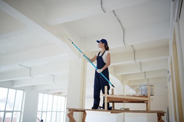 Картинка замученный маляр красит потолок