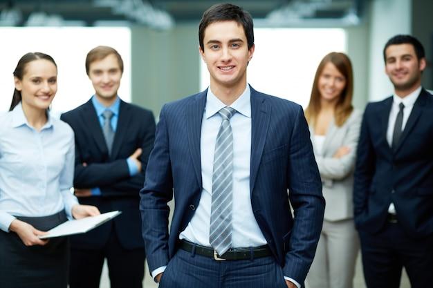 若いビジネスマンを笑顔 無料写真