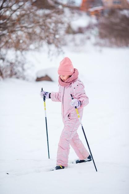 山でスキーをする子。子供のための冬のスポーツ。 Premium写真