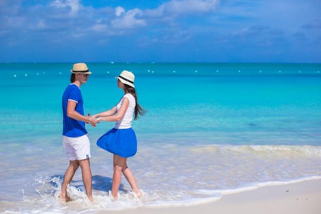 若い幸せなカップルは、夏休みに楽しい時を過す Premium写真