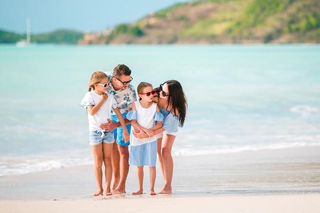 夏休みの間にビーチで幸せな家族 Premium写真