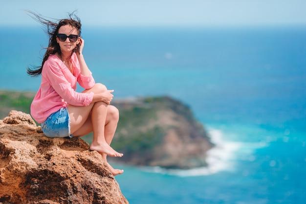 美しい風景の息をのむような景色を楽しむ若い女性 Premium写真
