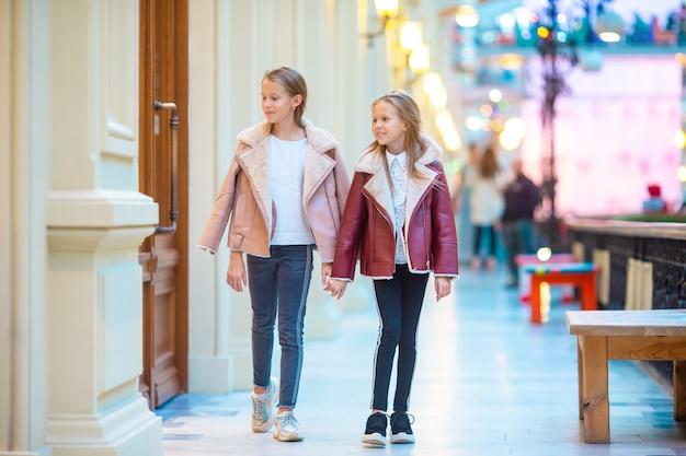 ショッピングモールでのかわいい女の子 Premium写真