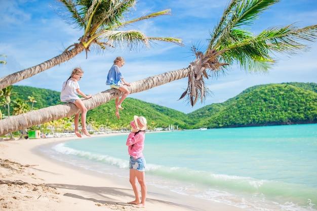 熱帯のビーチでの休暇に幸せな美しい家族 Premium写真