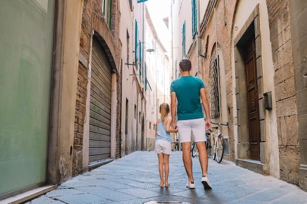 Счастливый отец и маленькая очаровательная девочка в риме во время летних итальянских каникул Premium Фотографии