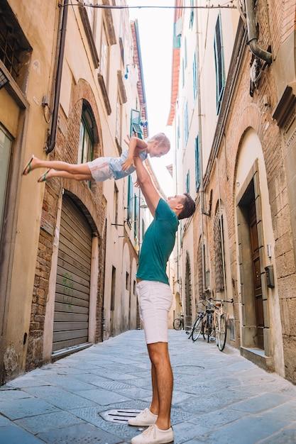 Счастливый отец и маленькая прелестная девушка во время летних итальянских каникул Premium Фотографии