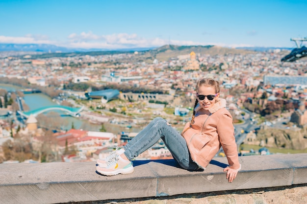 トビリシ市のパノラマ。旧市街、新しいサマーライクパーク、クラ川、ヨーロピアンスクエア、平和の橋 Premium写真