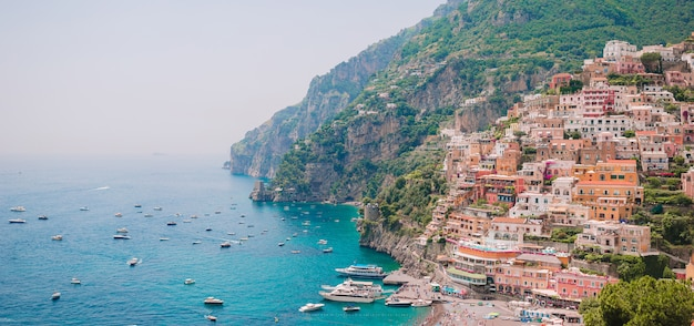 イタリア - アマルフィ海岸の風光明媚なポジターノの美しい海岸沿い町 Premium写真