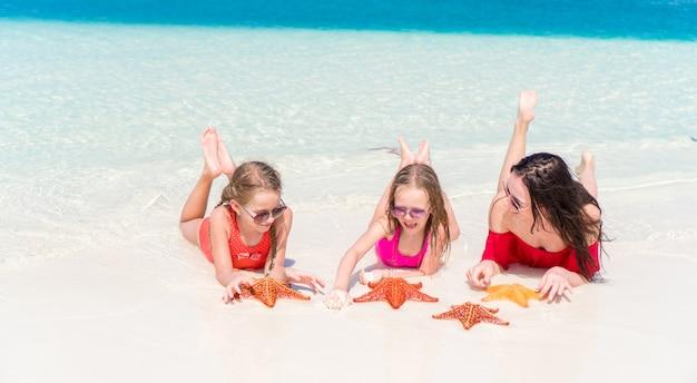 ママと熱帯のビーチで子供たちの家族 Premium写真