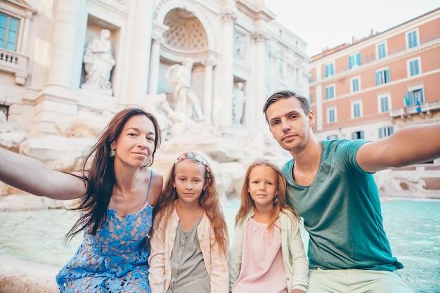フォンタナディトレヴィ、ローマ、イタリアで家族の肖像画。 Premium写真