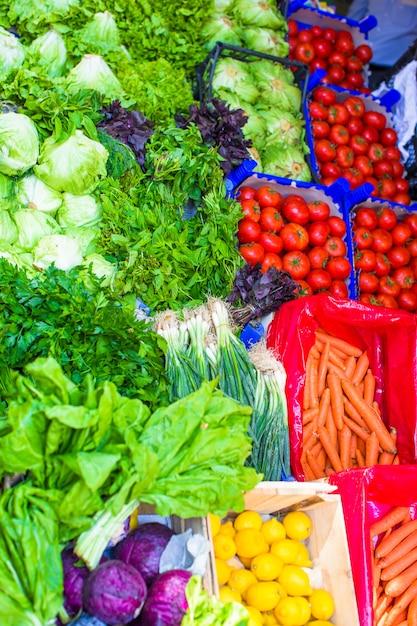 Фрукты и овощи на фермерском рынке Premium Фотографии