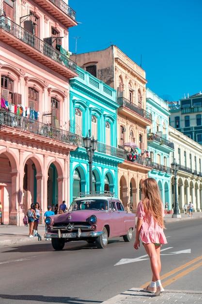 キューバのハバナの人気エリアの観光客の女の子。笑顔の若い女性旅行者 Premium写真