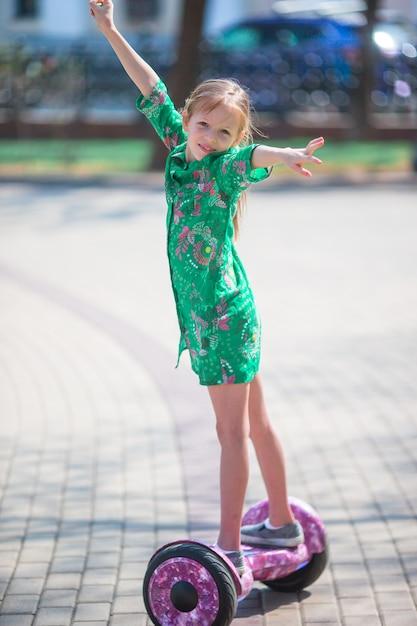 人気のある電気輸送、自己バランス型ジャイロスクーターを使用して幸せな子供 Premium写真