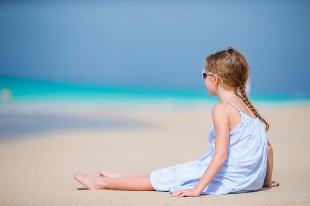 Счастливая девушка наслаждается летними каникулами на пляже Premium Фотографии