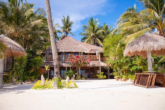 Уютный маленький отель на тропическом экзотическом курорте на белом песчаном пляже Premium Фотографии