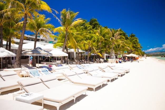 Тропический белый солнечный пляж в красивом экзотическом курорте Premium Фотографии