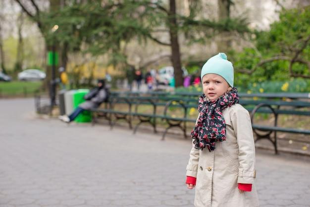 ニューヨークのセントラルパークでのかわいい女の子 Premium写真