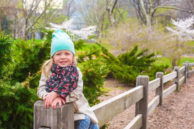 Очаровательная маленькая девочка в центральном парке в нью-йорке Premium Фотографии