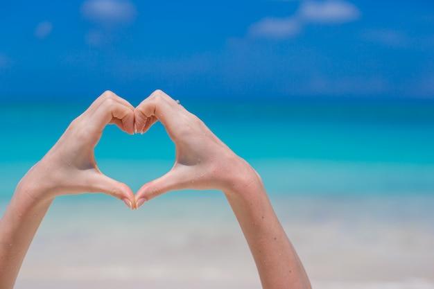 Крупным планом сердца, сделанные руками Premium Фотографии