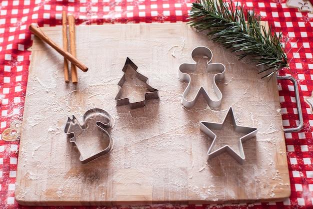 Рождественские фигурки на деревянной доске Premium Фотографии