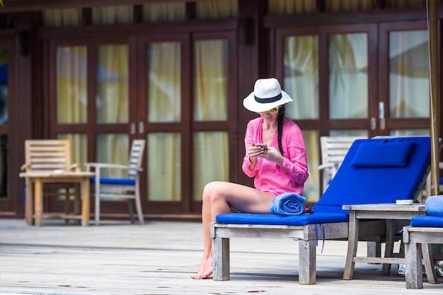 電話で話している若い美しい女性 Premium写真