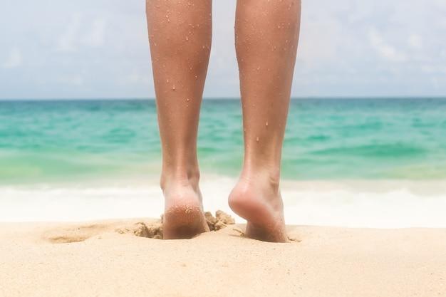 ビーチでの女性の美脚 Premium写真