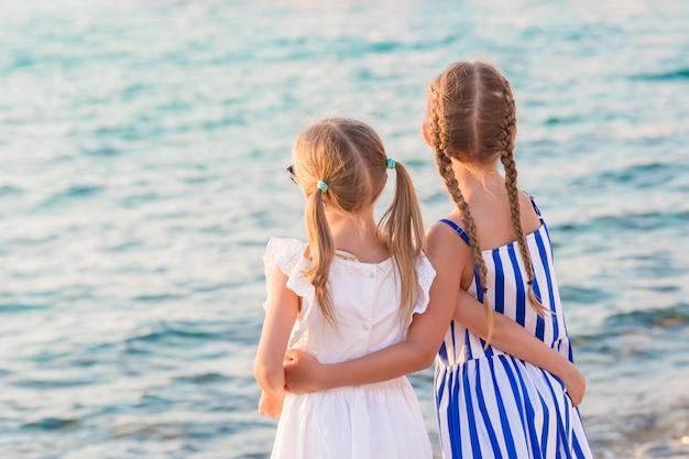美しい子供たちの背面図 Premium写真