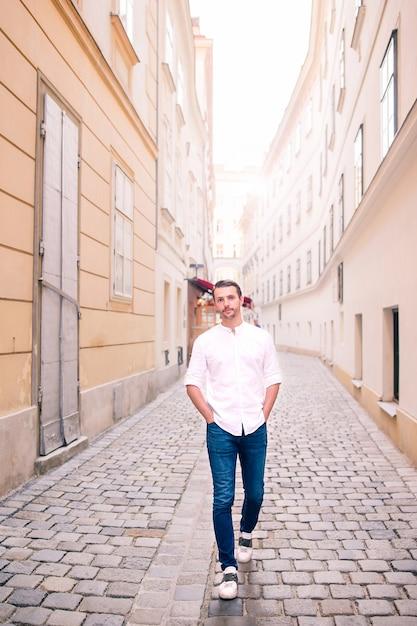 Молодой человек фоне старого европейского города принять селфи Premium Фотографии