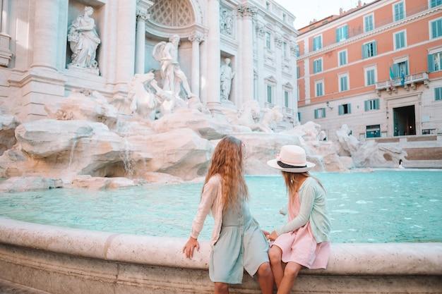 ローマのトレビの泉近くのかわいい女の子。 Premium写真