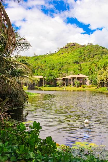 熱帯の国セイシェルのエキゾチックなリゾート Premium写真