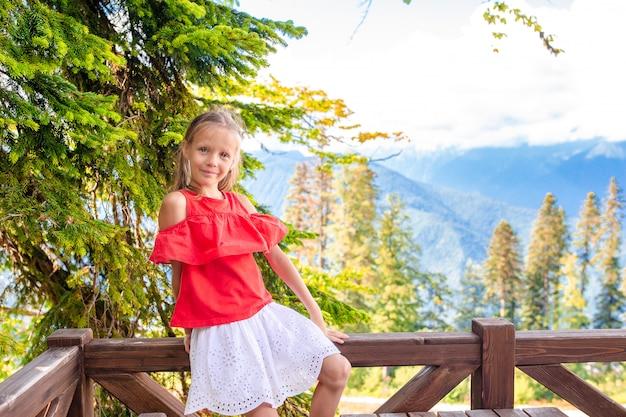 霧の背景の山の美しい幸せな少女 Premium写真