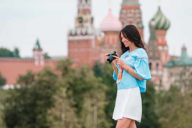 Профессиональный фотограф на городской улице Premium Фотографии