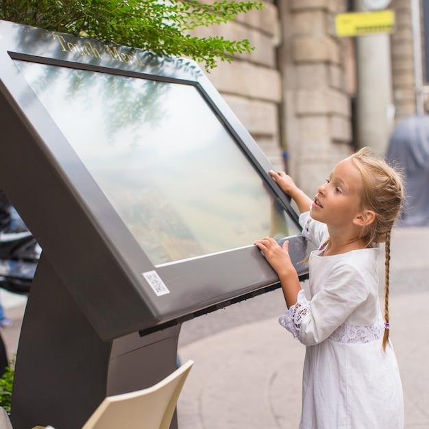 ミラノの地図を探しているかわいい女の子 Premium写真