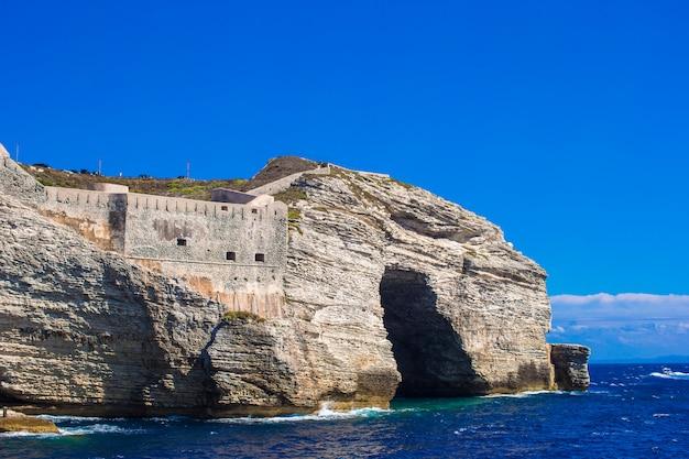 ボニファシオの崖、コルシカ島、フランスのビュー Premium写真