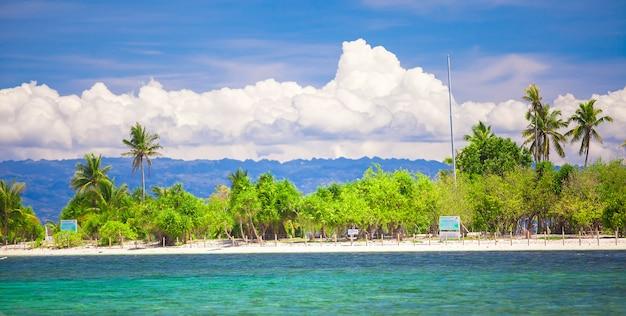 熱帯の完璧な島、フィリピンのプントッド Premium写真