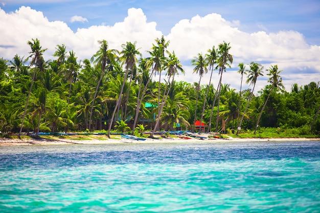 完璧な青い空と熱帯の島のビーチの風景 Premium写真