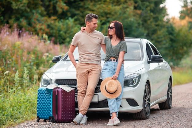 Молодая пара турист, наслаждаясь на летние каникулы Premium Фотографии