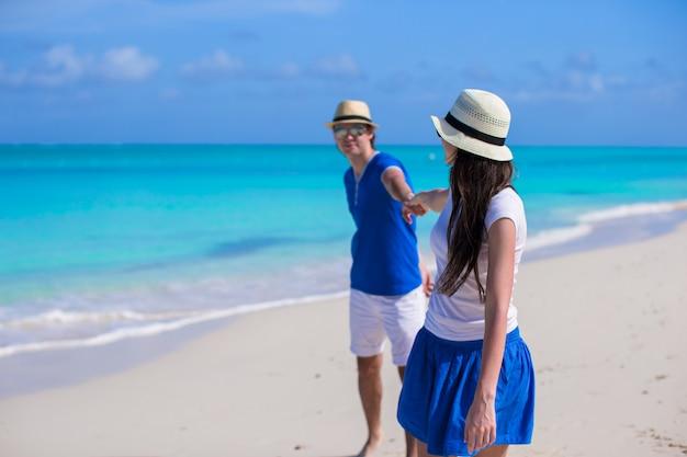 幸せな家族がカリブ海のビーチでの休暇を楽しんでください。 Premium写真