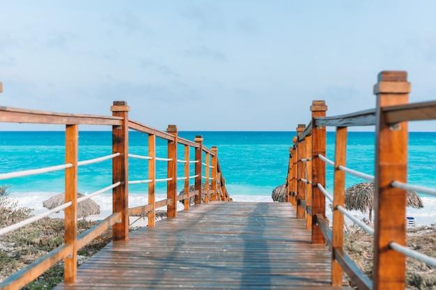 カヨラルゴ、キューバの樹木が茂った橋とターコイズブルーの海 Premium写真