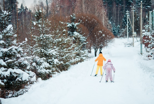山でスキーをする子供。子供のための冬のスポーツ。 Premium写真