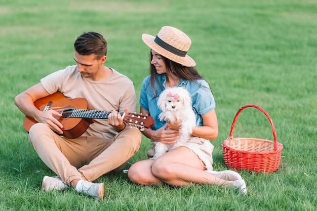 夏休みを楽しんでいる若いカップル Premium写真