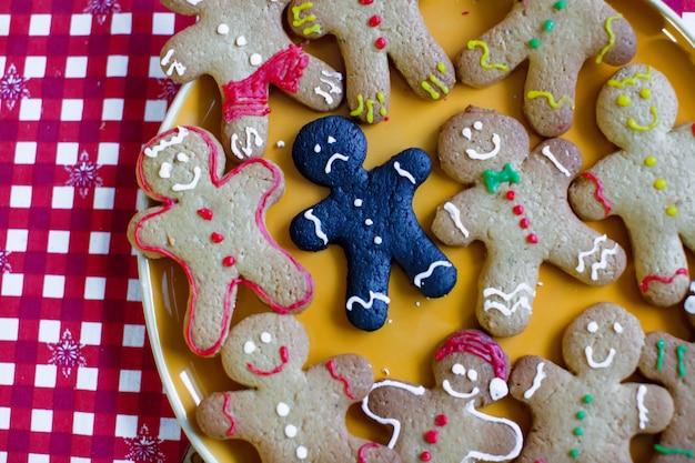 悲しい焦げたクリスマスジンジャーブレッドクッキーのクローズアップ Premium写真