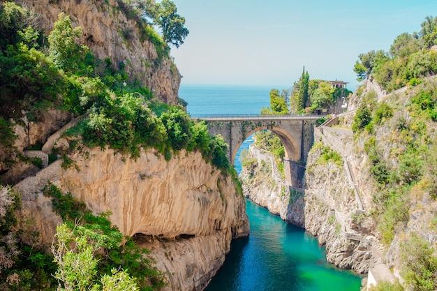 橋から見た有名なフィオールドディフローレビーチ。 Premium写真
