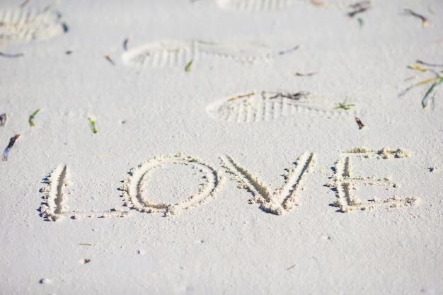 Любовное послание написано на песчаном пляже Premium Фотографии