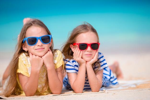 夏休みの間にかわいい女の子 Premium写真